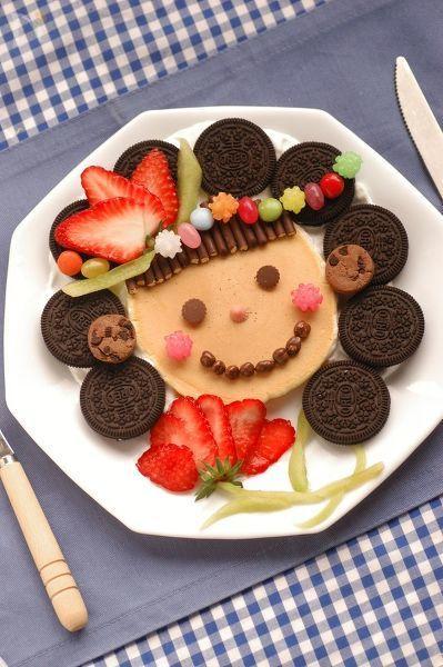 母の日メニューのデザートは、ホットケーキを焼いて、生クリームとフルーツ、お菓子でデコレーションしましょ♪  親子でお菓子を買いに行って選ぶ所から、楽しいクッキングの始まりです。  いつものお菓子が顔のパーツになって、ママの笑顔の出来上がり^^