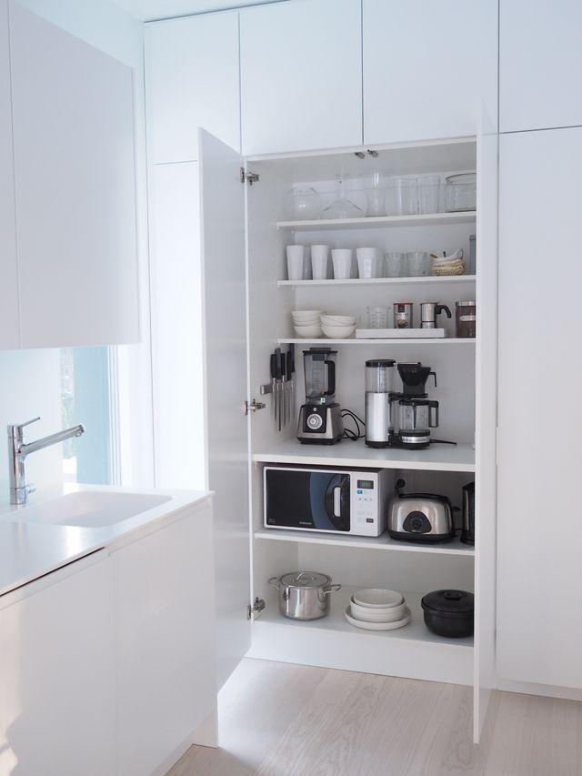 Keittiössämme on tosiaan perinteiset ylä- ja alakaapit tuossa ruokapöydän takana sekä erillisellä seinällä kalustepeitteiset pakastin- ja jääkaappi. Tuolla samalla seinällä kaapinovien takaa löytyy my