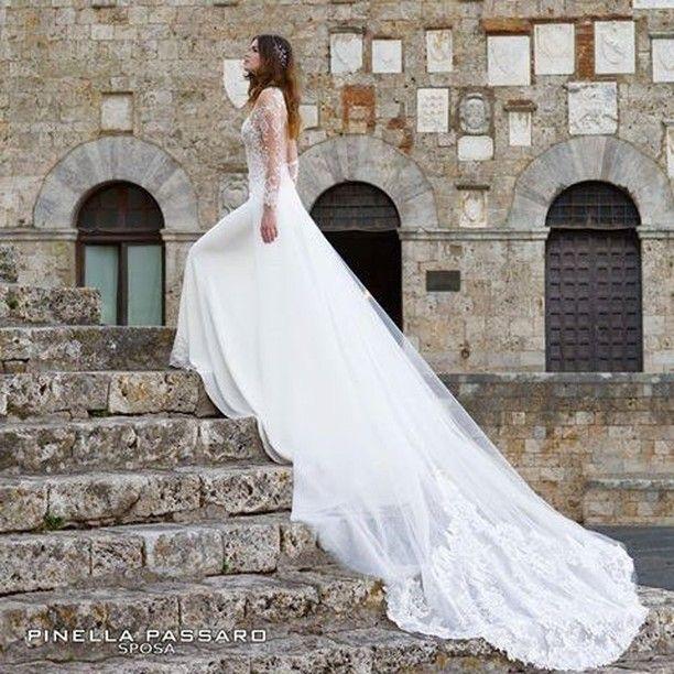 Un abito dalla lunga coda scenografica tra le creazioni della collezione Pinella Passaro Sposa wedding in Tuscany.