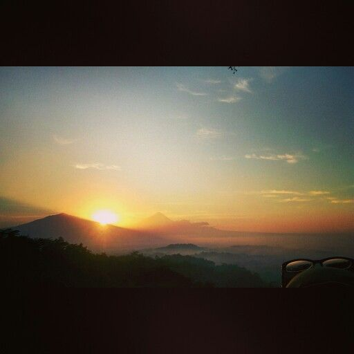 Sunrise is the signal for wake up #tumphuksetumbuh #magelang #yogyakarta #wisataalam #gerilyajogja #ExploreJogja #jelajahjogja #backpackerjogja #backpacker #traveling #trip #adventure #vacation #tamasyajogja #tamasya #backpackerbangil #lensakeindahan