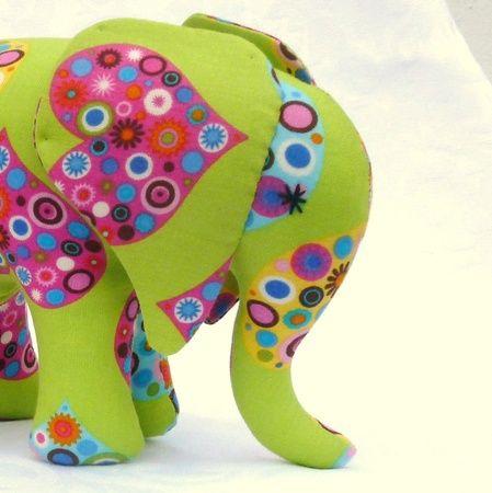 Tuttefanten. Grønn kosete elefant med hjerter og tuttehale. / Green elephant toy with hearts, binky tail and  rattle.