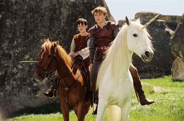 Still of William Moseley and Skandar Keynes in The Chronicles of Narnia: The Lion, the Witch and the Wardrobe