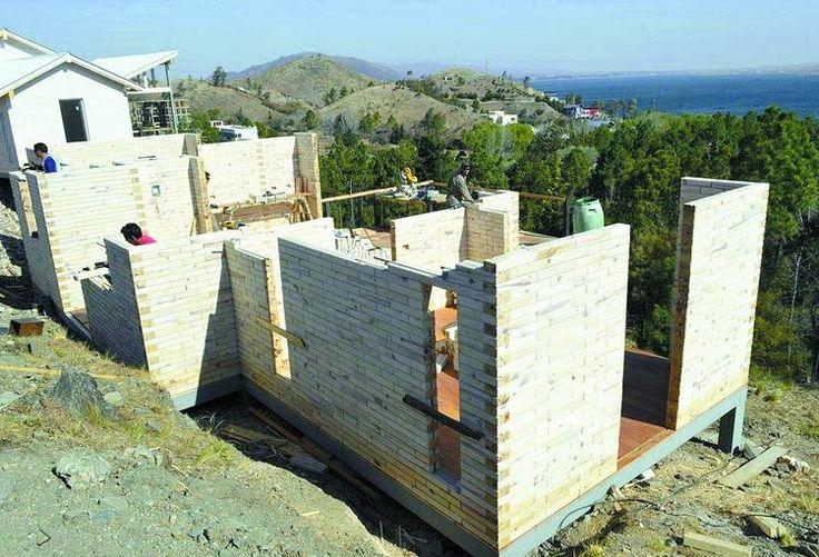 LADRILLOS DE MADERA. El montaje de los bloques es en seco, con listones de madera como guía (gentileza Corfone SA).