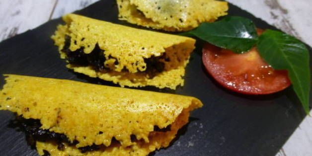 Galleta de parmesano rellena de morcilla Cenar a base de canapés: 45 ideas para montar un menú de aperitivos