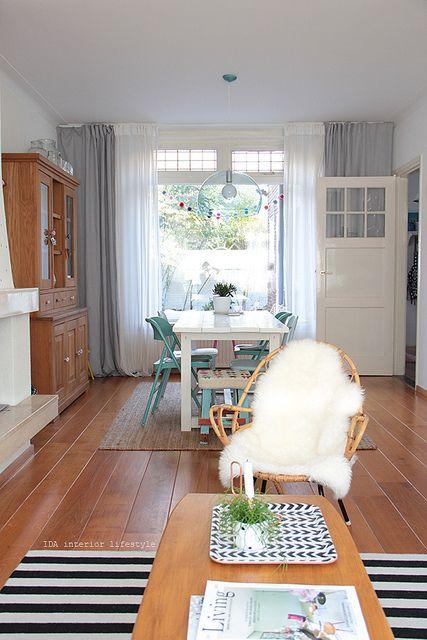 Retro stoel, grenen buffetkast, grijze gordijnen, witte vitrages. Combi met lichtblauwe stoelen en zwart-wit accentje werkt wel vind ik