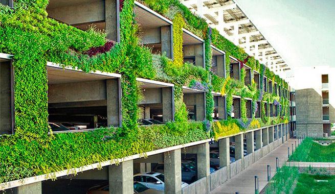 Cubren la fachada de un parking con un espectacular jardín vertical
