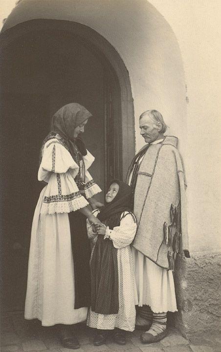 Romania Gallery / Familia tărănească eşind din biserică la Morlaca-Huedin Postcard