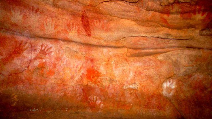 Manos rojas en la  cueva en Glenbrook, Nevada - Arte aborigen de la roca en las Montañas Azules