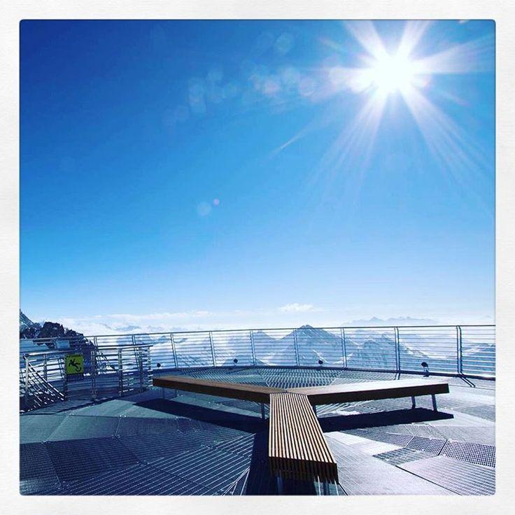 salire sullo Skyway del Monte Bianco è una di quelle esperienze che vale la pena fare una volta nella vita. L'impianto è stato inaugurato nel 2015 ed è composto da tre stazioni: Courmayeur a 1.300 metri dove trovi la biglietteria, il Pavillon du Mont Fréty a 2.200 metri, una stazione intermedia dove ci sono anche ristoranti e un'area shopping e Punta Helbronner a 3.466 metri, dove ammirare il Monte Bianco salendo sulla terrazza panoramica.
