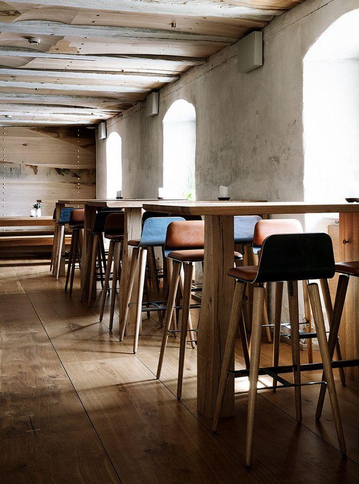 L'intérieur du restaurant danois nous a avant tout impressionnés par son côté chaleureux, son mobilier scandinave vintage et par une surabondance de matières naturelles, comme le coton et le cuir par exemple.