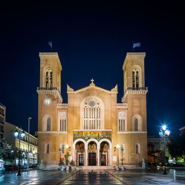 No, my portfolio of Athens wouldn't be complete, if I wouldn't show you also a modern greek orthodox church. Daria thinks it's pretty similar to the cathedral we've seen in Kotor, what do you think?