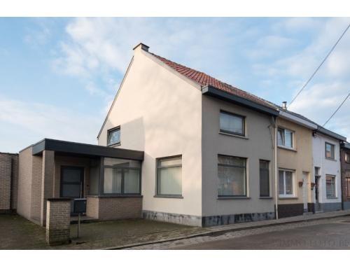 Ideaal en rustig gelegen in de Kouterstraat, op 200 m. van centrum Waasmunster, vinden we deze knap gerenoveerde woning. Het gelijkvloers van deze wonin...