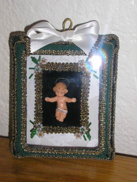 Registo (menino Jesus) Menino Jesus em caixa de vidro facetado, tecido brocado e decorado com flores de missangas