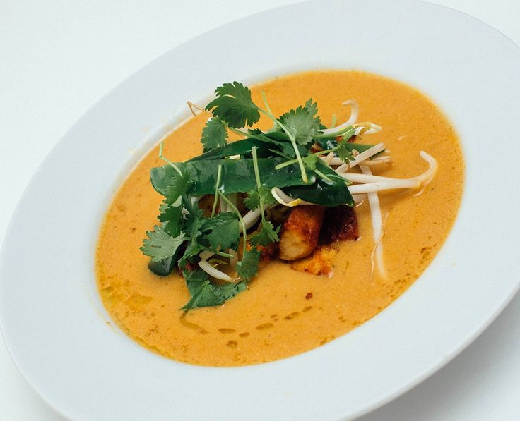 Nydelig asiatisk festsuppe. Laksa er en fabelaktig suppe. Rett og slett. En suppe for de fine anledningene. Den nydelige smaken av Asia får vi fra en hjemmelaget laksa-paste, og når den freses for deretterå kokes i kokosmelk og grønnsakskraft så skjer det noe fantastisk i gryta. Det lukter godt med en gang, og ganske kjapt …