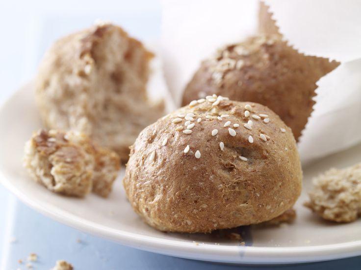 Sesam-Quark-Brötchen - aus Dinkelmehl - smarter - Kalorien: 119 Kcal - Zeit: 40 Min. | eatsmarter.de
