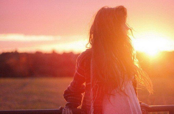 Я тебя нарисовал солнечным лучом, Я твои раскрасил губы розовым закатом, Кружевам твоих волос дал я запах летних гроз... Я хотел, чтоб ты была только мне понятною...   Чтобы на ресницах таяли снежинки, Чтоб весной в глазах сверкали синие дождинки... Чтобы в дом входя, звезды принося,  И одною лишь улыбкой пела и хвалила...  Где мне взять такую,милую,родную?  Может зря я по весне о тебе тоскую? Может нет тебя совсем, может занят я не тем И глаза твои напрасно я рисую?