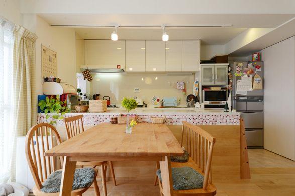 タイルが印象的なキッチンカウンターでキッチンとダイニングを仕切っています。