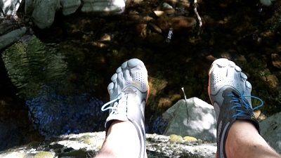 Zehenschuhe bei Flusswanderung