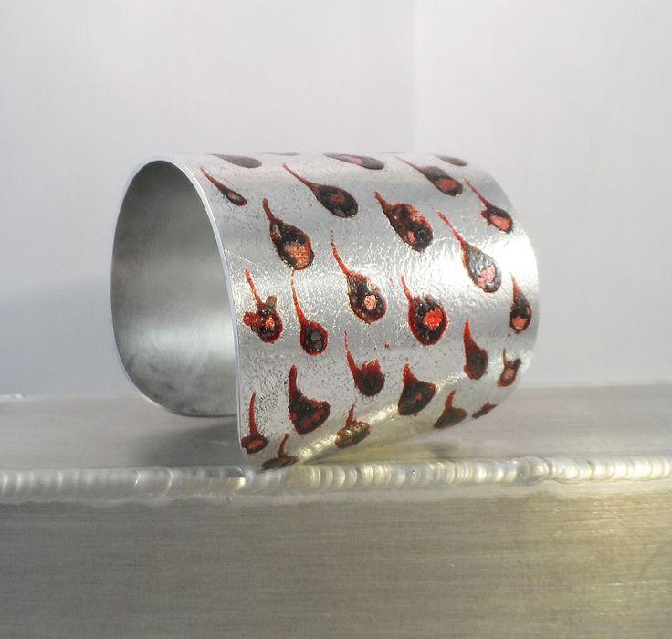 Bracelet manchette argentée émaillée rouge : Bracelet par malyzarie-creations