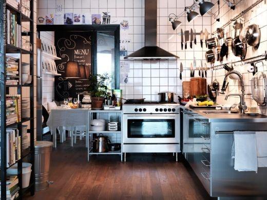 Снова почти такая же кухня. Огромная плита. Чистый блестящий деревянный пол. Уютно, но не рюшечки!
