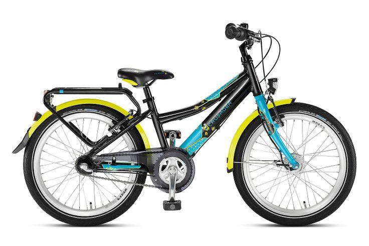 Czarny/lagoon rower Puky Crusader 20-3 Alu Light posiada aluminiową ramę, 20 calowe koła, sztywny widelec, bardzo porządne błotniki, dynamo w piaście i stosowne oświetlenie, nóżkę, nowy bagażnik, dwa hamulce v-brake, do zmiany 3 przełożeń przerzutki Shimano Nexus (w piaście z hamulcem) służy manetka obrotowa. Puky poleca rower Crusader 20-3 dla dzieci o wzroście od 120 cm / długość nóżki 55 cm / wiek 6+.