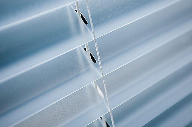 Formada por aletas de PVC, este modelo de persiana (Uniflex - www.uniflex.com.br) confere um efeito translúcido a espaços com grande incidência de luminosidade. Cozinhas, banheiros e escritórios se adaptam ao perfil do produto