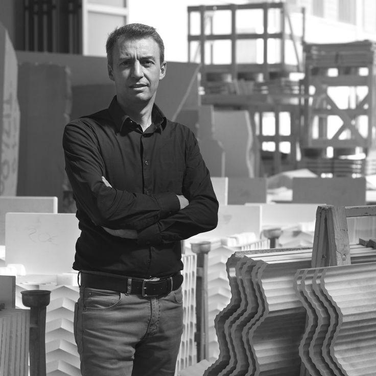 Diseñador, Raffaello Galiotto:                              En el mobiliario exterior, especialmente, da vida a productos innovadores con intervenciones inéditas de superficie, recibiendo reconocimientos y premios nacionales e internacionales.