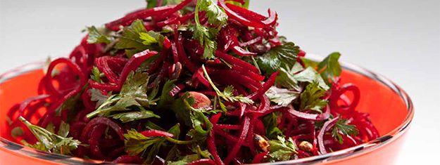 Salat med rødbetenudler laget med Spiralizer