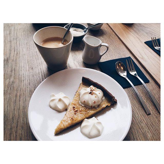 | Parce qu'on aime tester les salons pour le goûter ☕️ #angersmaville #wkd #friends #tartecitron #coffee #bio