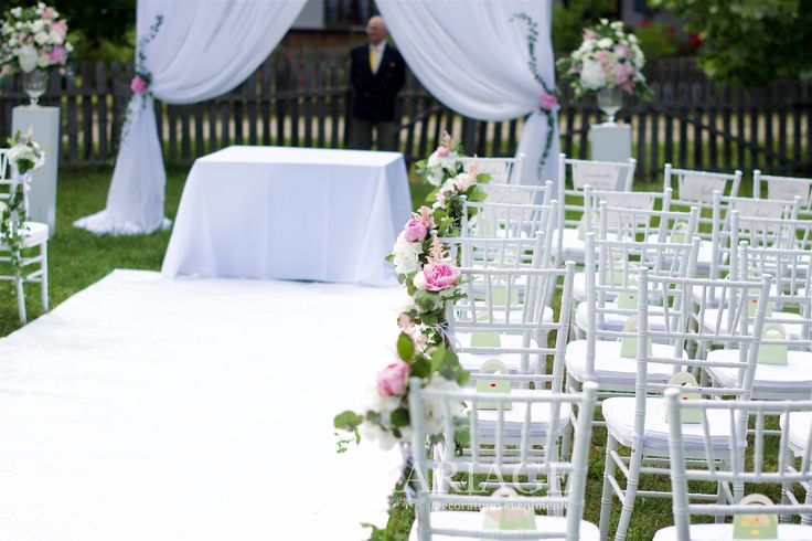 Decor cu scaune chiavari si aranjamente florale bujori si hortensia