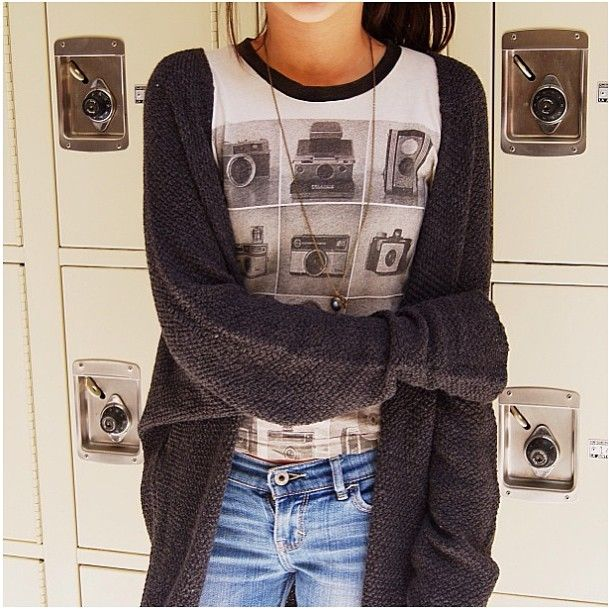 OUTFIT: oversized grey cardigan, printed camera top, jeans