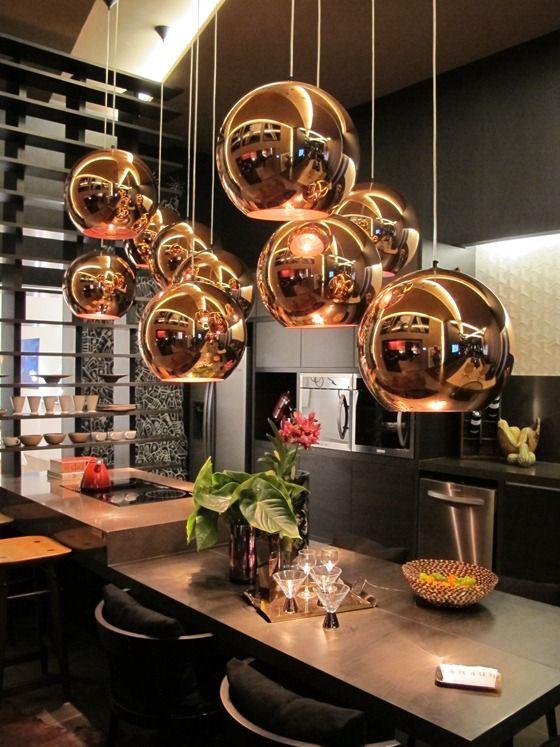 gostei da cozinha escura e luzes em cobre... Tom Dixon Lighting! #decor #home #trensdesign https://www.facebook.com/TralhaoDesignCenter/