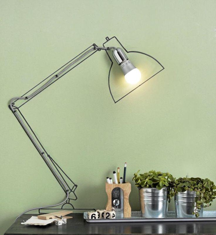 Ved f�rste �yekast ser dette ut som en vanlig skrivebordslampe, mens det i virkeligheten er en enkel p�re med ledning som er festet til veggen. Rundt den er det tegnet omrisset av en skrivebordslampe. En kul og ikke minst rimelig l�sning.