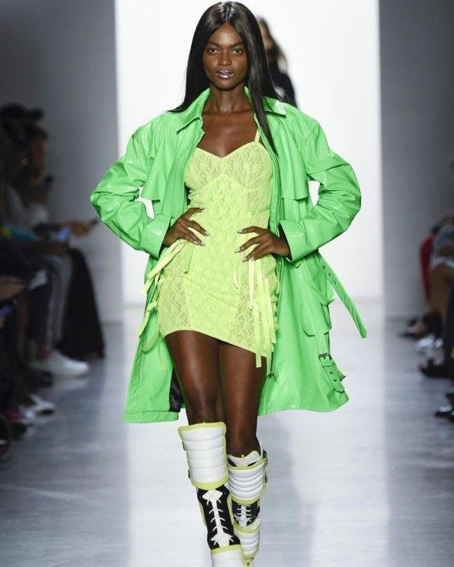 e6c5ad15817408 Quer saber tudo sobre as tendências spring/summer 2019, que rolou na  passarela da descolada New York Fashion Week? ⠀Corre no site, que lá  contamos tudinho ...
