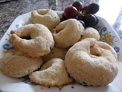 Molise - Piccillati - dolci natalizi - Dividere l'impasto in tante palline grosse poco più di noce. Stendere con un matterello piccolo fino a formare un cerchio allungato mettere un filo di ripieno a base di marmellata di uva. Chiudere a mezza luna. Ritagliare con la rotella eavvolgere come dei grossi tortelloni. Cuocere a 200gradi per circa 15 -20 minuti... zucchero semolato. http://lericettedellapaperamagra.blogspot.it/2010/10/tarallucci-ripieni-alla-marmellata-duva.html