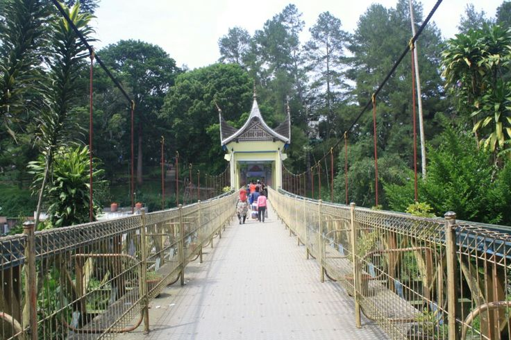 The Limpapeh Bridge that connects fort de kock and bukittinggi's zoo