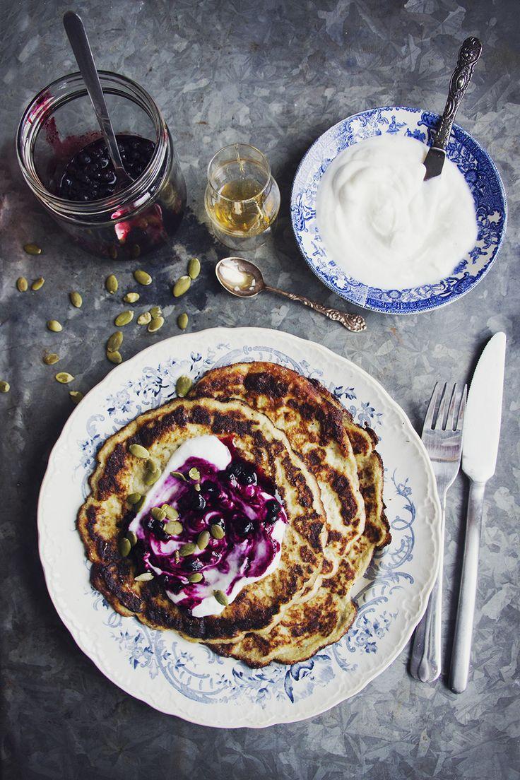 Glutenfria tunnpannkakor med blåbär och honung