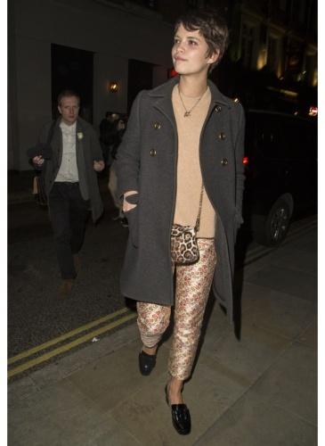 Pixie Geldof    Look de star Neo BCBG    Pixie Geldof est de sortie pour la fashion week de Londres dans son parfait look preppy.