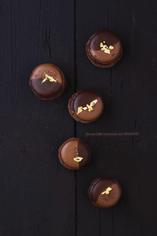 Macarons mousse au chocolat. Ingrédients pour 40 macarons : 200 g de poudre d'amande– 200 g de sucre glace– 5 cl d'eau– 200 g de sucre semoule– 2 x 75 g de blanc d'oeufs clarifiés à température ambiante- la pointe d'un couteau de colorant chocolat. Recette sur le site.