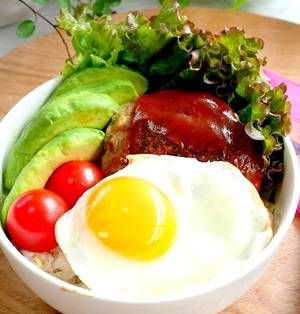 ジメジメの梅雨も食卓をパッと彩る「ハワイアンレシピ」で気分も食欲も上げていきましょう♪ハワイアンレシピはお手軽で、野菜も摂れるのでおススメですよ!特別な材料を使わず気軽に出来る嬉しいレシピをご紹介します。 ■ロコモコ丼 気分は常夏ハワイ*ロコモコ丼by mariaさん 15~30分 人数:2人 「ハワイアンレシピ」と聞いて真っ先に思いつくのはロコモコ丼と言う方も多いですね。鮮やかな丼は野菜もたんぱ