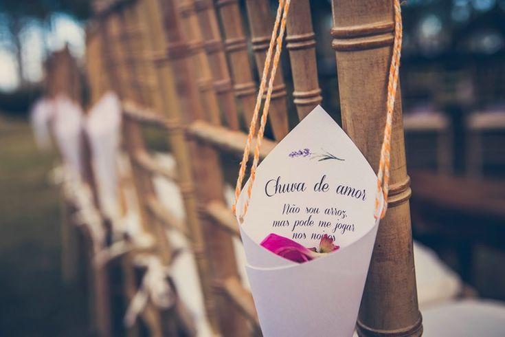 Chuva de pétalas - Casamento ao ar livre - Foto: