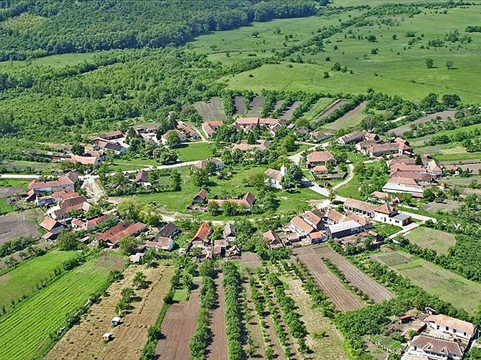 Iată una din frumusețile României de care nu ai auzit: Singurul sat de formă rotundă din România