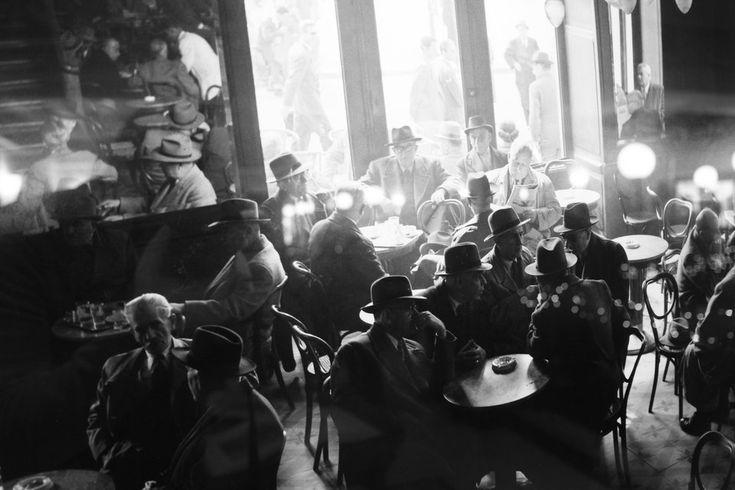 1920 - Καφενείο '' Νέον ''. Διανοούμενοι, δικαστές, οικοδόμοι όλοι εκεί.