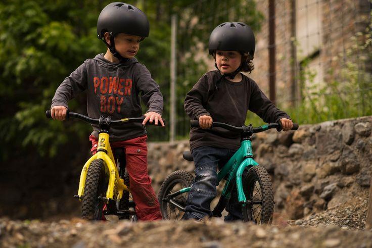 COMMENCAL RAMONES 12 TURQUOISE 2017 – Push Bike  En Quality Racing decimos que no hay edad para empezar a ir en bici, por eso hemos seleccionado una amplia gama de bicicletas para niño. Cuando el niño mide entre 90cm y 105cm y tiene alrededor de 2 años ya pueden rodar con las COMMENCAL RAMONES 12 pulgadas