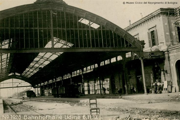 La stazione di Udine deserta in una foto del 6 novembre 1917. Nei giorni immediatamente successivi lo sfondamento degli austro-germanici a Caporetto, venne presa d'assalto da migliaia di civili che volevano scappare dal Friuli