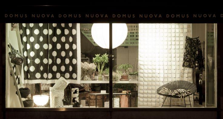 Vetrina Nuova Domus - Udine; foto di Laura Tessaro - Udine; tessuti Donghia, Pierre Frey, Baumann, Kvadrat...