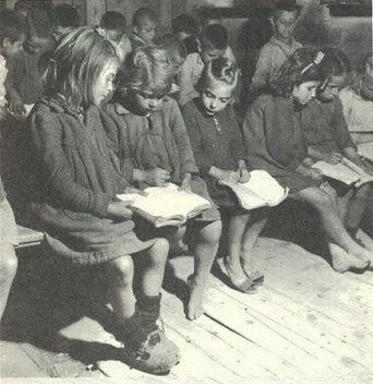 diaforetiko.gr : Παλιές ασπρόμαυρες φωτογραφίες ελληνικών σχολείων μια άλλης εποχής...ένα βιβλίο για δύο άτομα(Δημοτικό Σχολείο Βόλου-1949-)