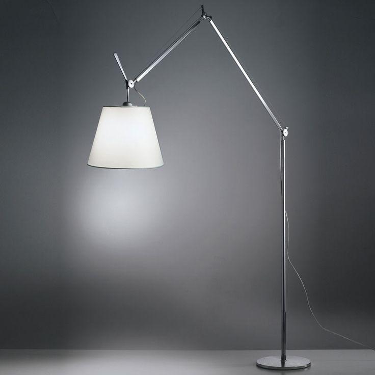 Artemide Tolomeo Mega terra, una lampada dal grande successo perfetta vicino al divano, nel soggiorno o nella camera da letto.