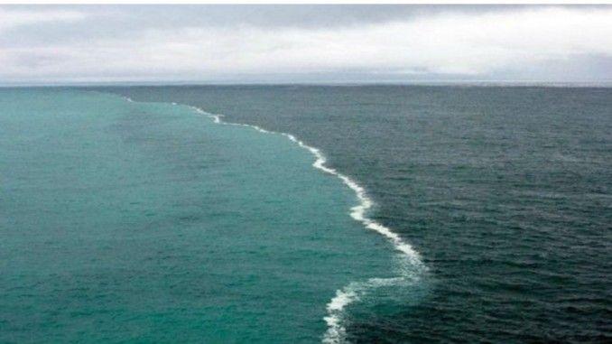 Pernahkah kita berfikir air dengan air tak dapat menyatu, sepertinya tidak, jika ditanya seperti itu yang terfikirkan pertama adalah minyak dan air yang tak data menyatu. Tapi tidak dengan yang satu ini, Keajaiban dua lautan yang tidak pernah menyatu adalah FAKTA.