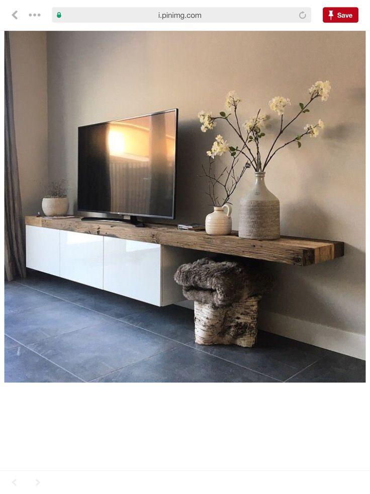 Long banc en bois type brut qui finit en table avec 3 lampes suspendues au dessus